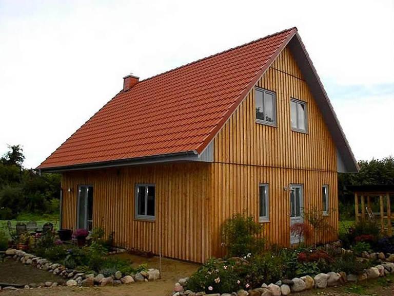 Aussenansicht auf das Satteldachhaus mit Holzfassade.