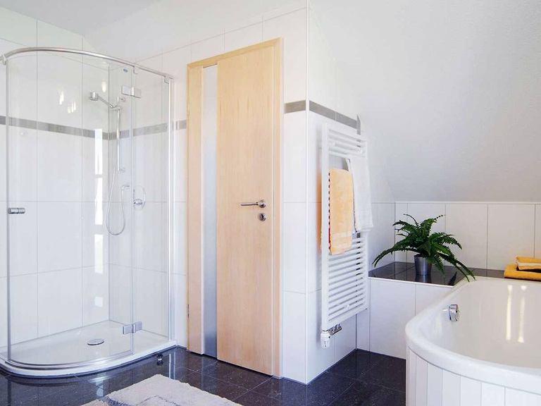 Innenansicht Badezimmer - Musterhaus Vision Oberrot - Fertighaus Weiss