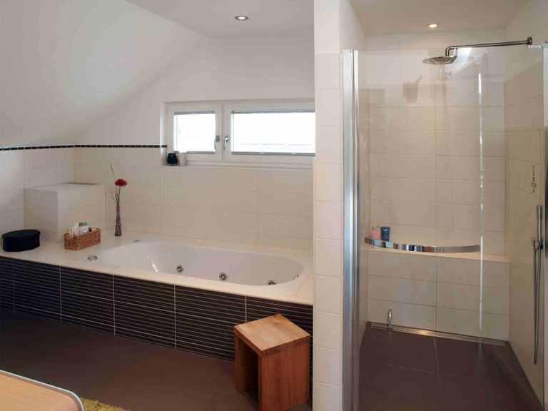 Einfamilienhaus Jazz Sonderplanung - Schwabenhaus Badezimmer: Dusche und Badewanne