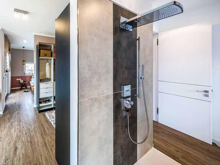 Offene Dusche - Musterhaus Poing von OKAL Haus