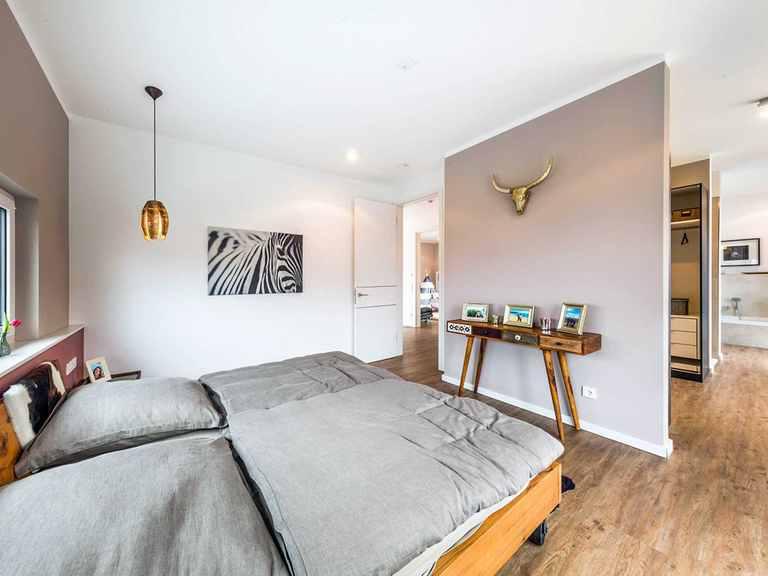 Schlafzimmer - Musterhaus Poing von OKAL Haus