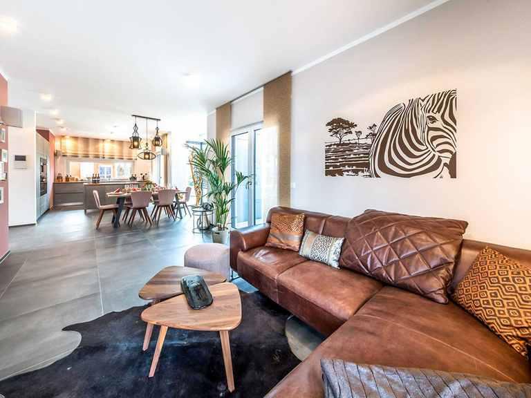 Wohnzimmer - Musterhaus Poing von OKAL Haus