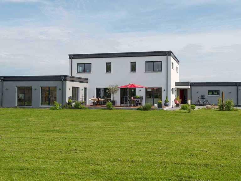 Individuell geplantes Kundenhaus 5 - WOLF System Haus Gartenansicht