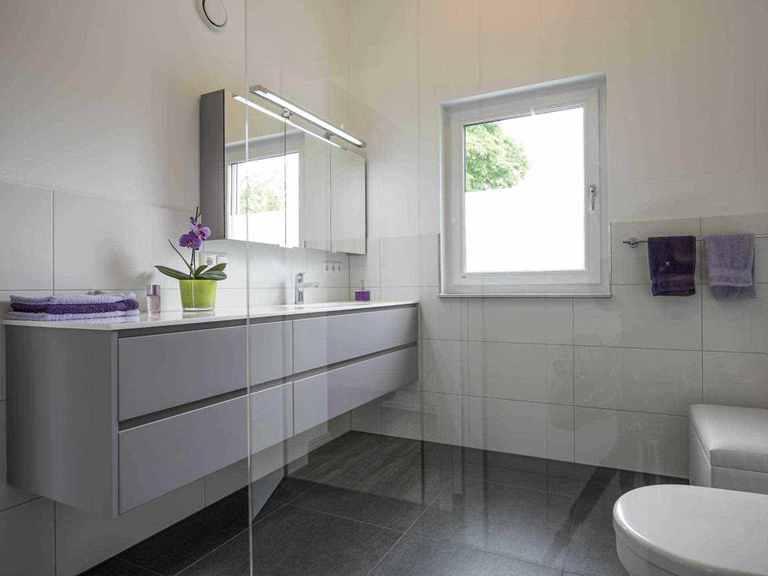 Individuell geplantes Kundenhaus 9 - WOLF System Haus Badezimmer