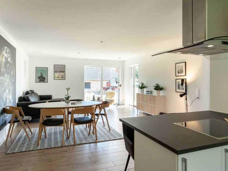 Bungalow B123 - Die HausCompagnie Offene Küche und Essbereich