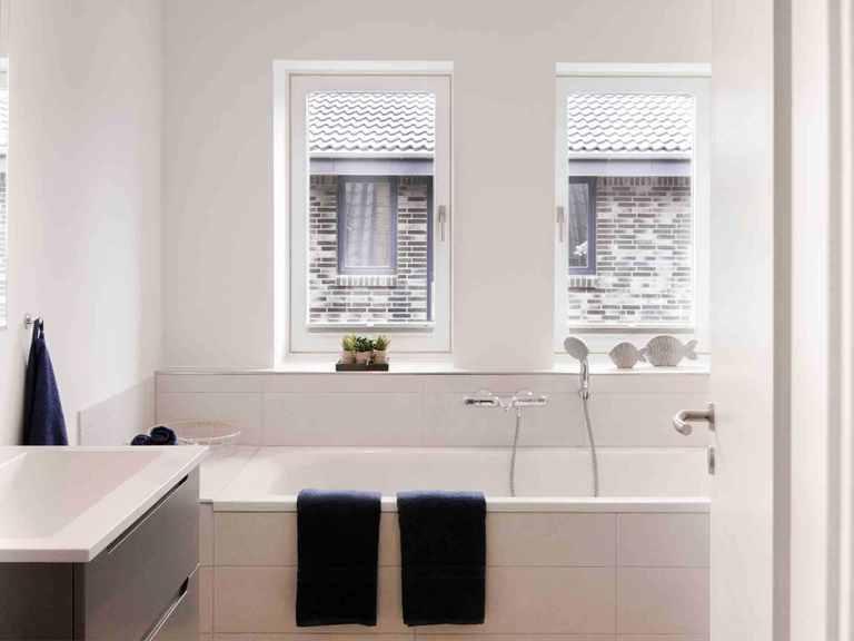 Stadtvilla SV118 - Die HausCompagnie Badezimmer: Badewanne