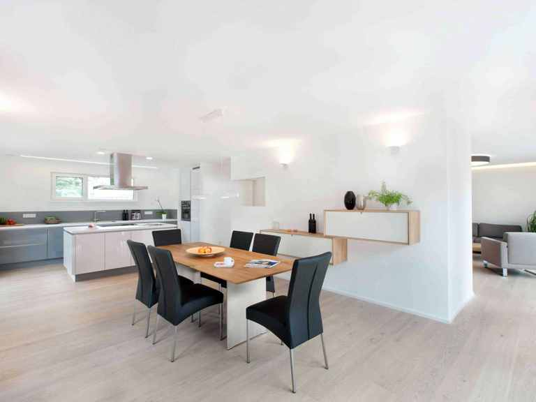 Esszimmer und offene Küche - Musterhaus Fellbach-Stuttgart von TALBAU-Haus