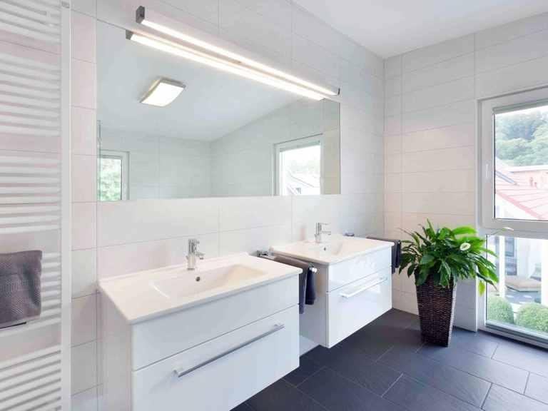 Badezimmer - Musterhaus Ulm von TALBAU-Haus