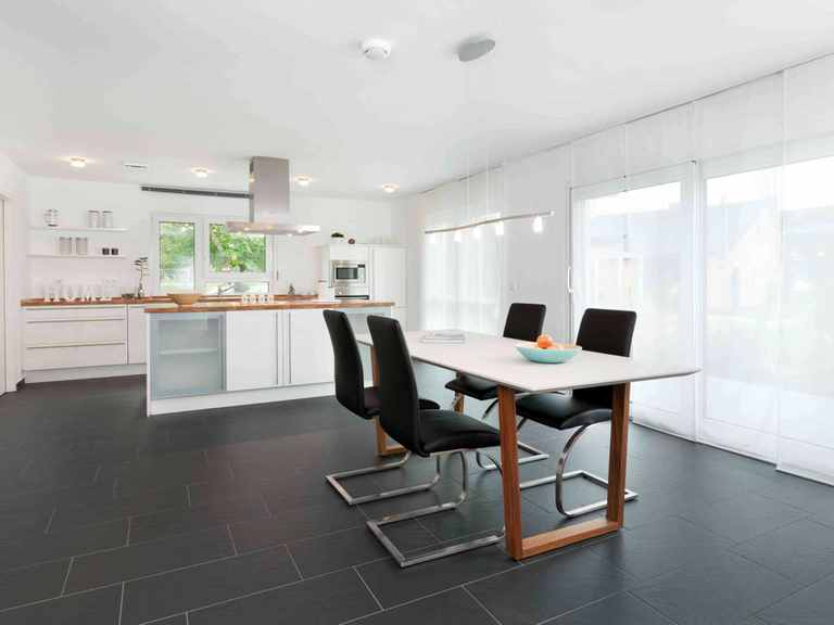 Essbereich und offene Küche - Musterhaus Ulm von TALBAU-Haus