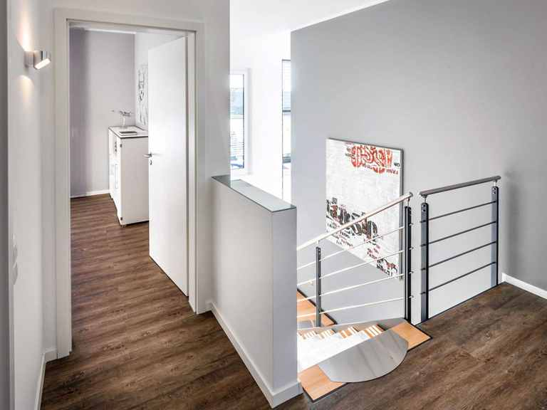 Treppenflur - Musterhaus Ingolstadt von OKAL Haus