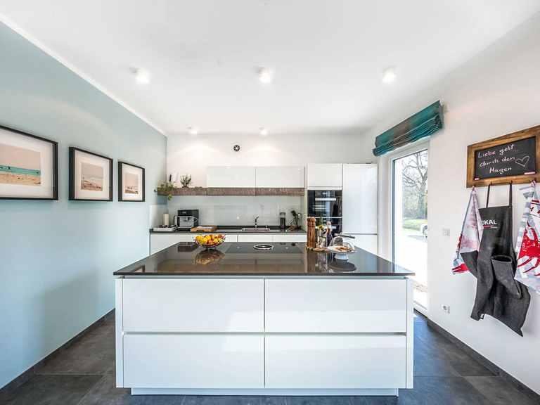 Offene Küche - Musterhaus Offenburg von OKAL Haus