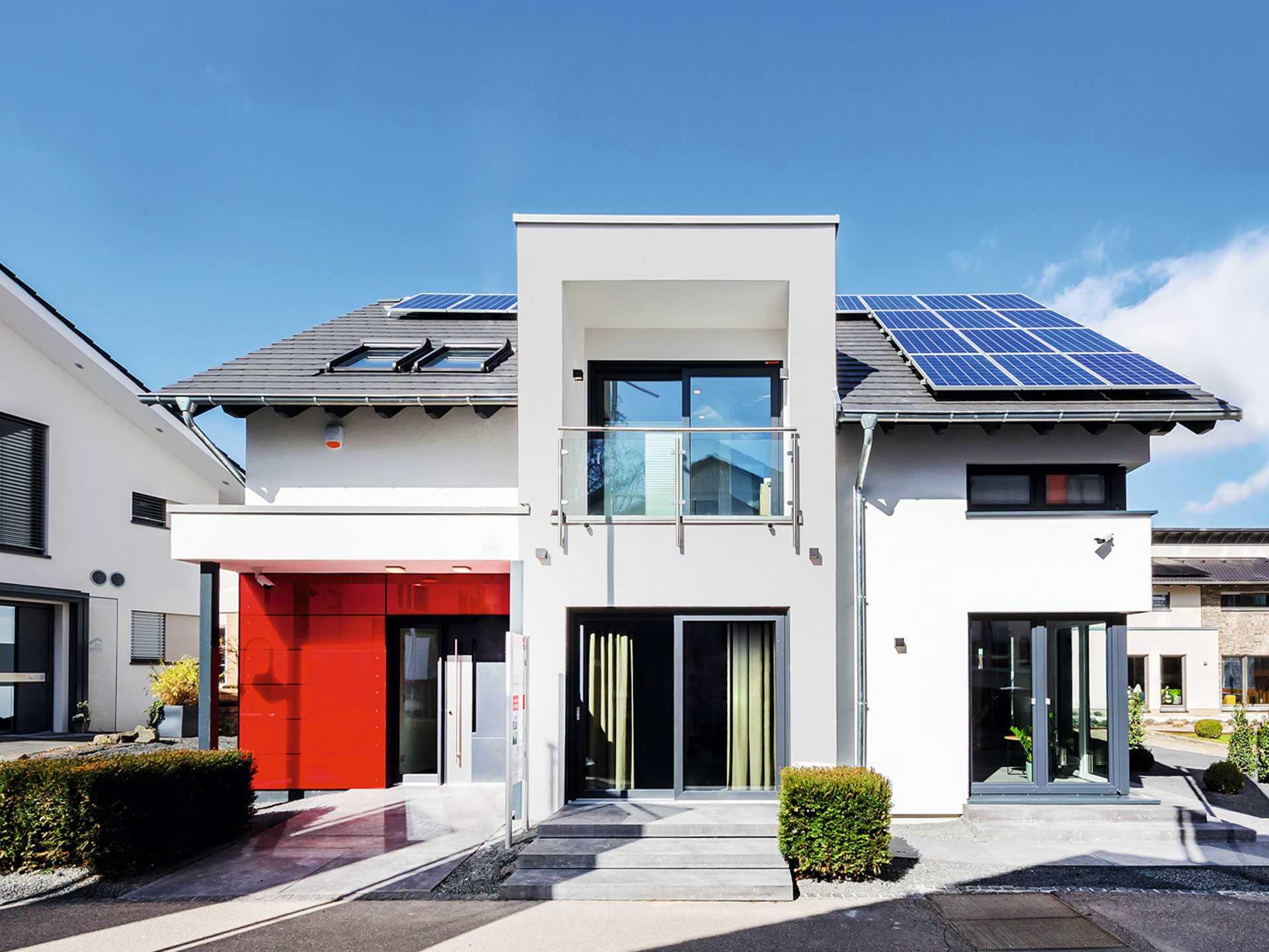 Musterhaus Fellbach Mit Zwerchgiebel Und Balkon Okal Haus