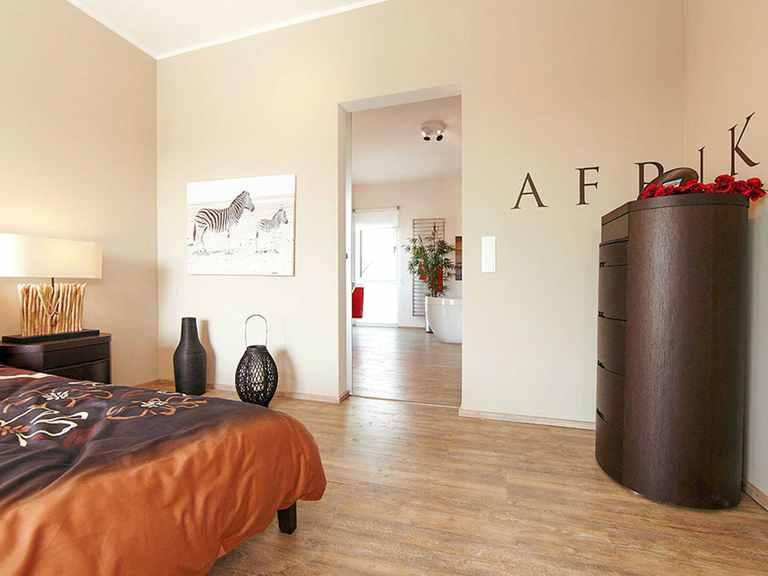Schlafzimmer - Musterhaus Frechen von OKAL Haus
