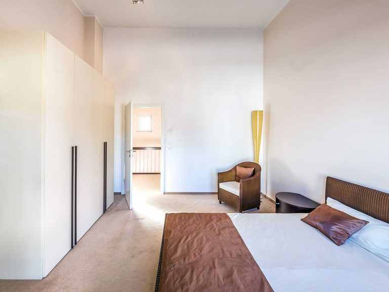 Schlafzimmer - Musterhaus Villingen-Schwenningen von OKAL Haus