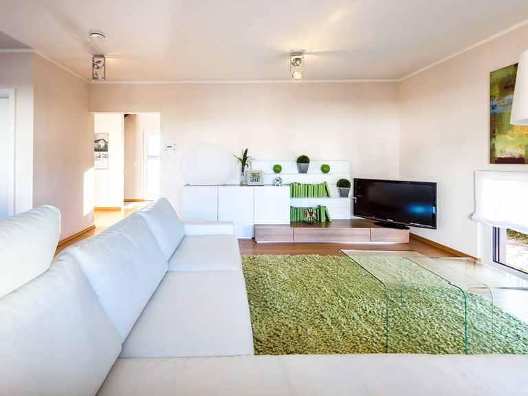 Wohnzimmer - Musterhaus Villingen-Schwenningen von OKAL Haus