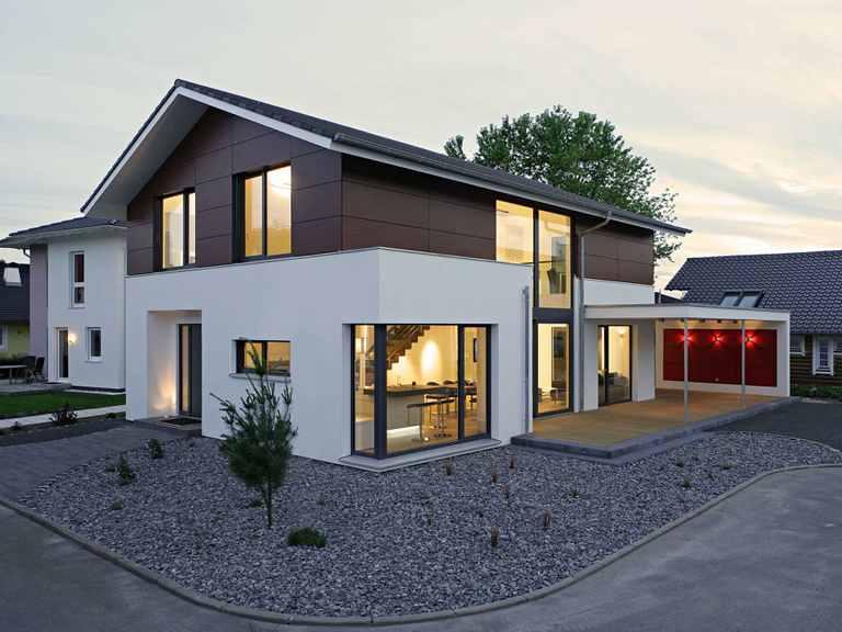 Bittermann & Weiss Holzhaus - Musterhaus Mannheim Seitliche Ansicht bei Abenddämmerung