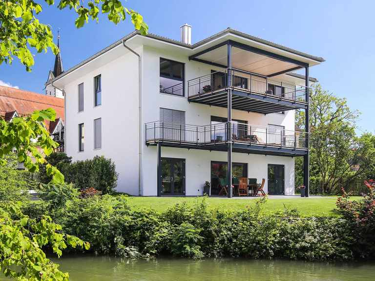 Das Bodenseehaus - BSH Holzfertigbau GmbH - Musterhaus Bohlingen Das Bodenseehaus - BSH Holzfertigbau GmbH - Musterhaus Bohlingen Gartenansicht von der Seite