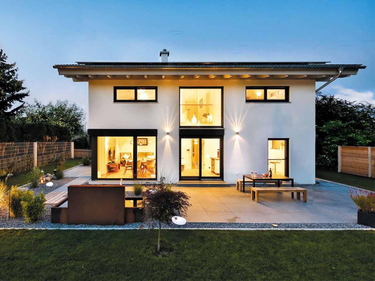 Einfamilienhaus Bruckmühl Garten am Abend