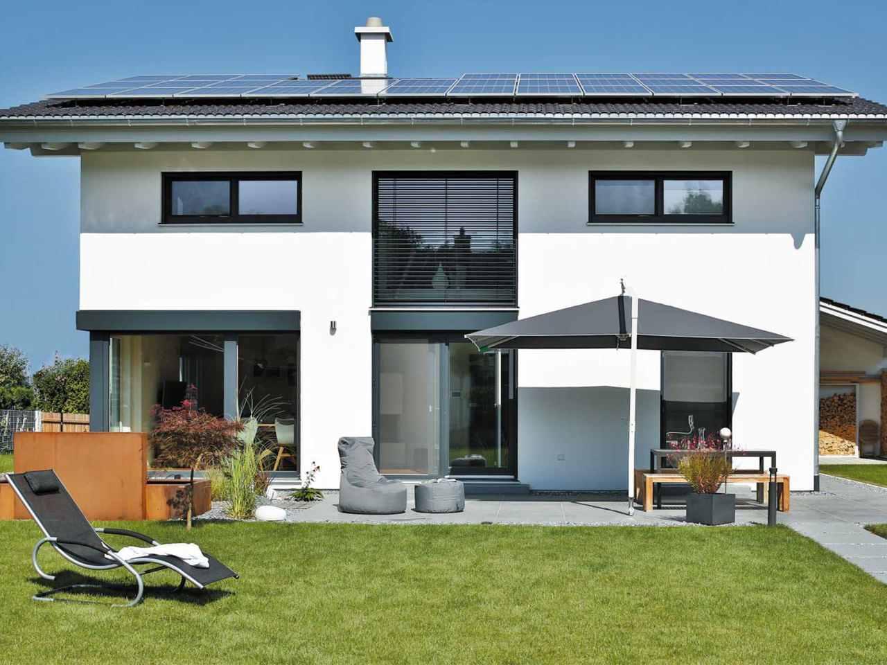 Einfamilienhaus Bruckmühl Garten am Tag