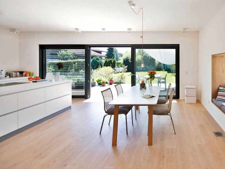 Stadtvilla Oberaudorf - Regnauer Hausbau Offene Küche und Essbereich