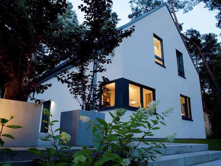 Einfamilienhaus Erlenbach - GUSSEK HAUS Eingang am Abend