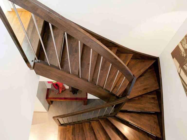 Einfamilienhaus Erlenbach - GUSSEK HAUS Treppe zum Obergeschoss