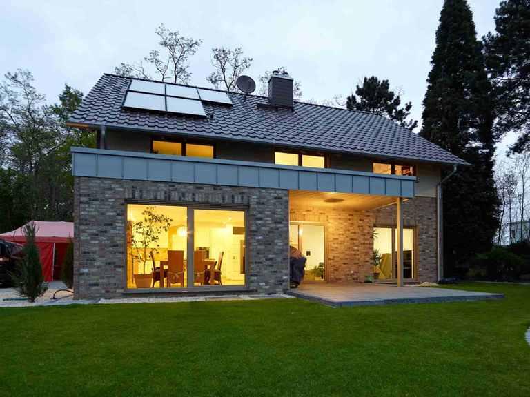 Einfamilienhaus Frankenbach - GUSSEK HAUS Garten am Abend