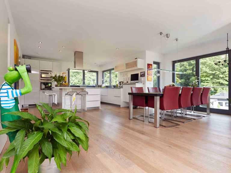 Einfamilienhaus Hainbuchenallee - GUSSEK HAUS Offene Küche mit Essbereich