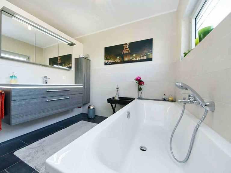 Stadtvilla Vomero - GUSSEK HAUS Badezimmer: Badewanne