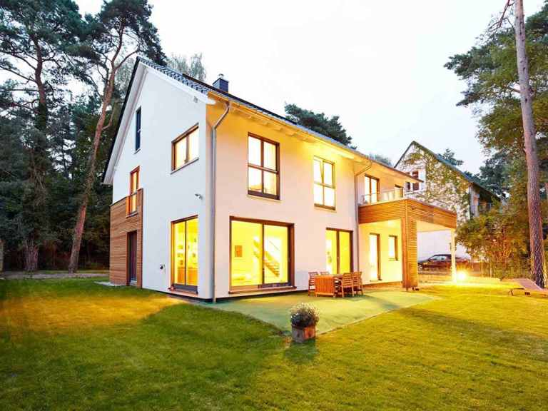 Einfamilienhaus Waldsee - GUSSEK HAUS Garten am Abend