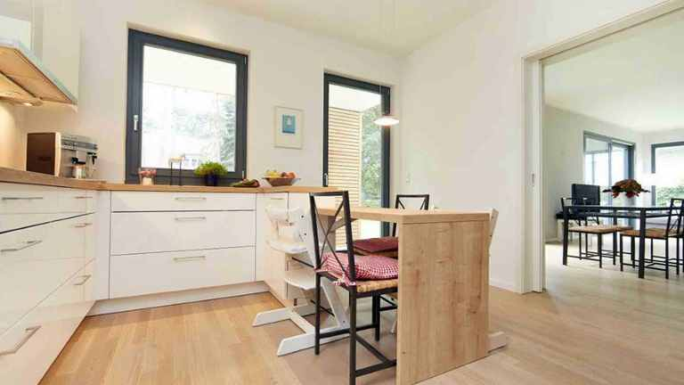 Offene Küche und Essbereich im Einfamilienhaus Waldsee