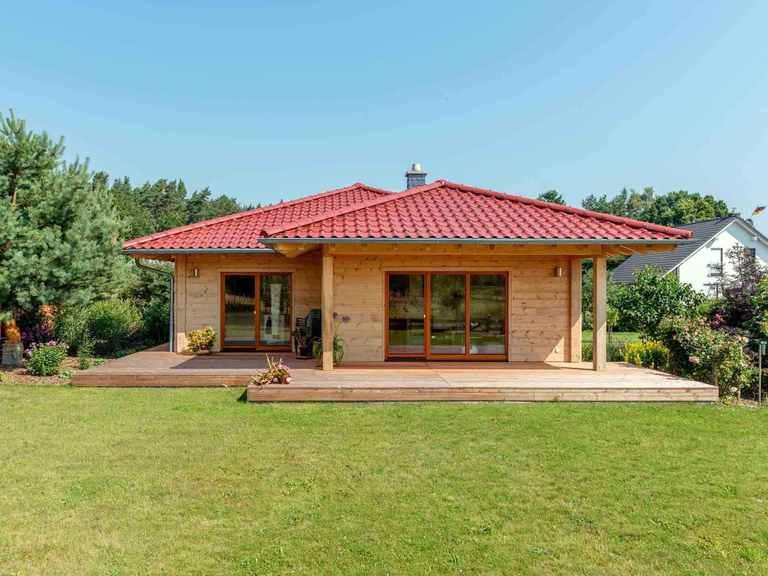 Fullwood Holzhaus Ostseelagune Gartenansicht
