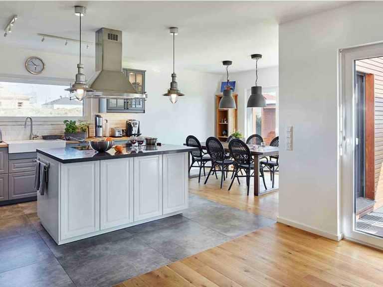 Landhaus Satteldach 151 - LUXHAUS Offene Küche und Essbereich