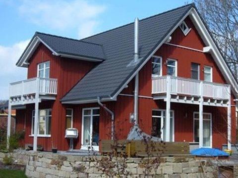 Aussenansicht auf das Zwerdachhaus mit zwei Balkonen.