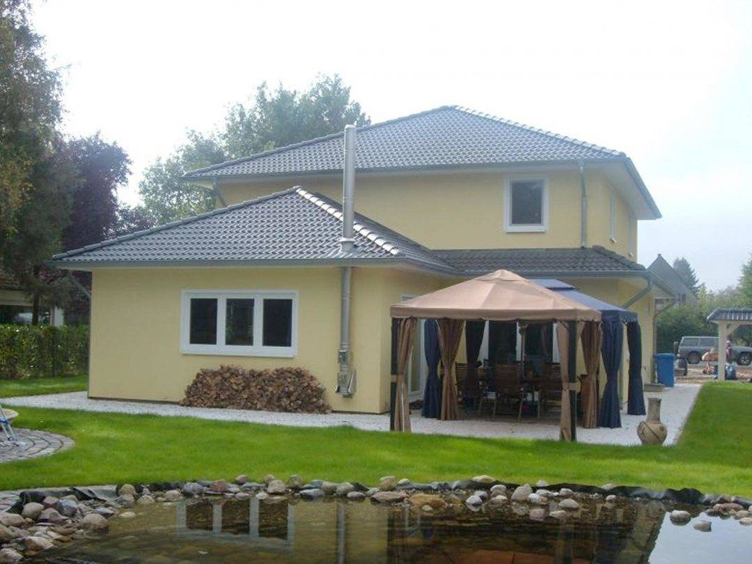 Aussenansicht auf die Hausrückseite mit großer Terrasse.