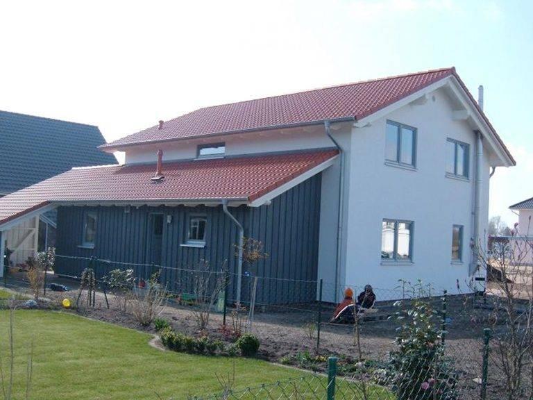 Aussenansicht auf den hinteren Hauseingang und den Carport.