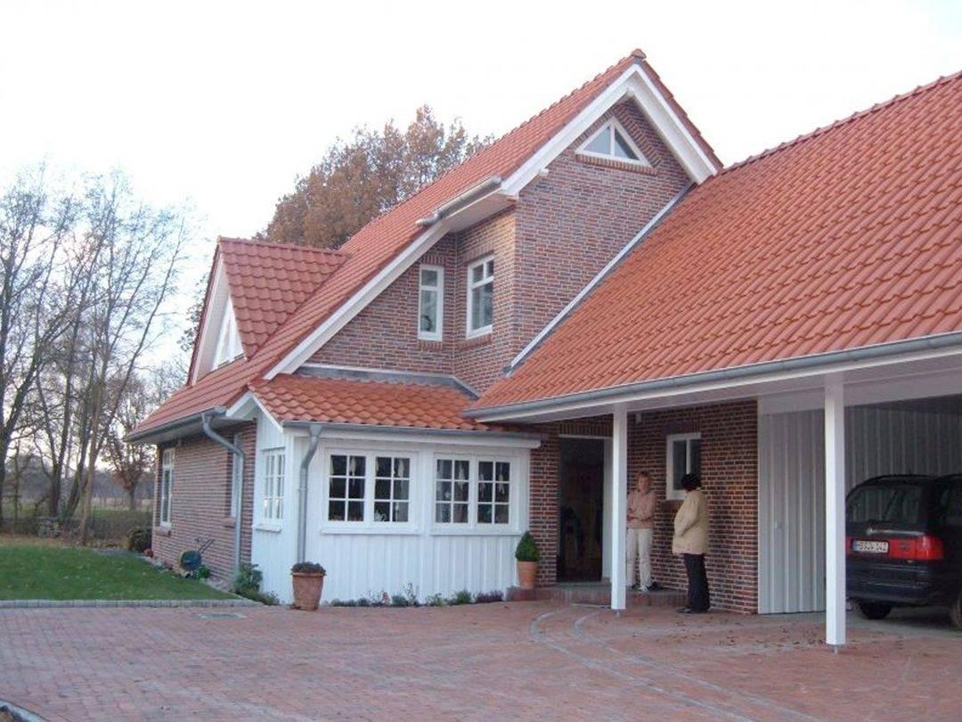 Aussenansicht auf den Hauseingang und den Carport.