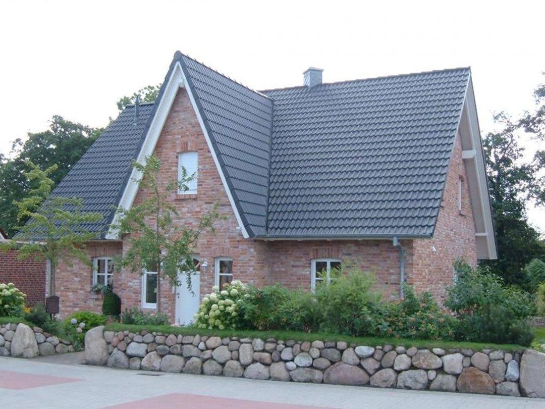 Aussenansicht auf den Hauseingang des klassischen Friesenhauses.