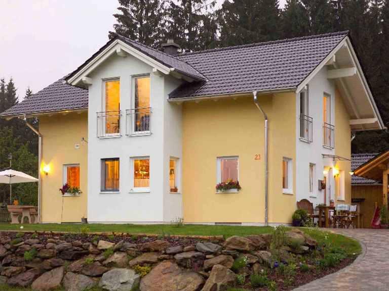 Combino individuell - WOLF System Haus Seitenblick auf die Vorderseite mit überdachtem Hauseingang