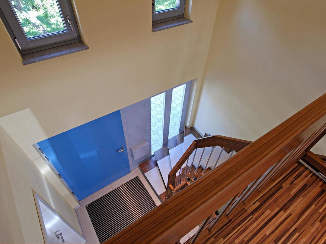 Innennansicht durch das Treppenhaus auf den Hauseingang.