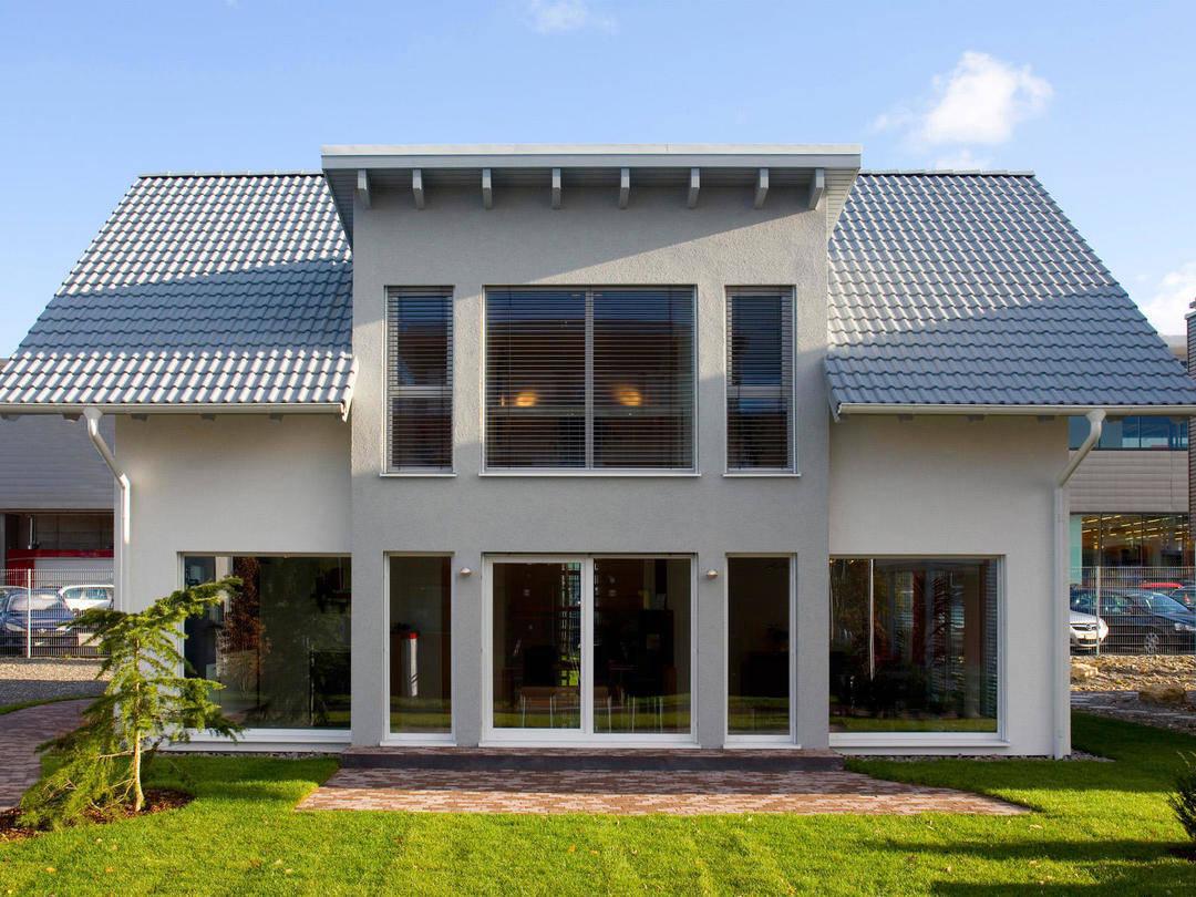 Aussenansicht auf die Terrassenseite und die großen Fenster.