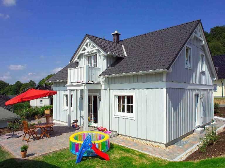 Haus Schwedenstil - WOLF System Haus Gartenansicht