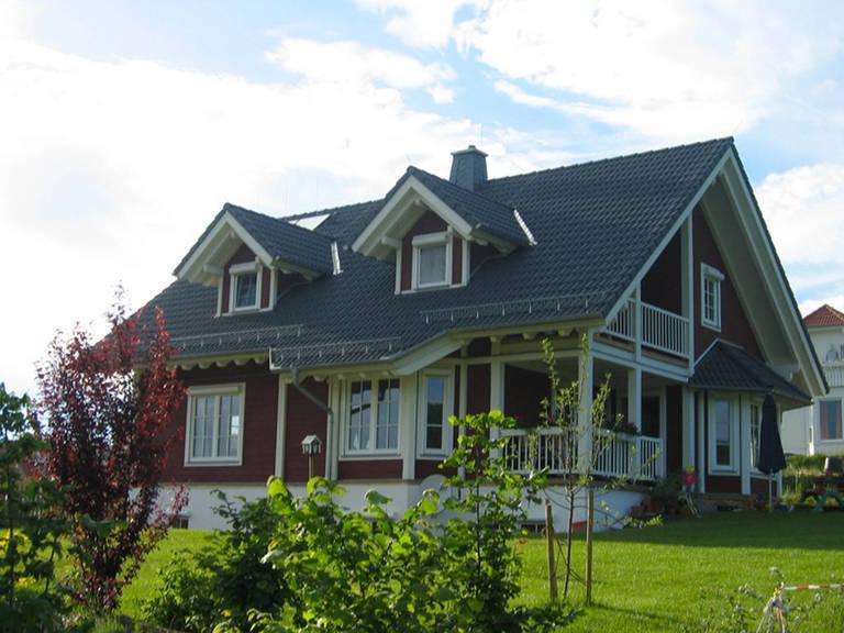 Aussenansicht auf die teilweise überdachte Terrasse und den überdachten Balkon.