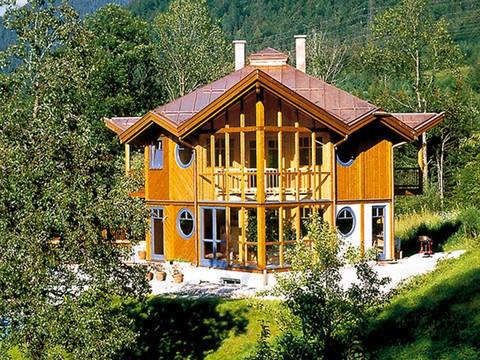 Aussenansicht auf die aufgefallene Dachkonstruktion und die Wintergärten im Erd- und Dachgeschoss.