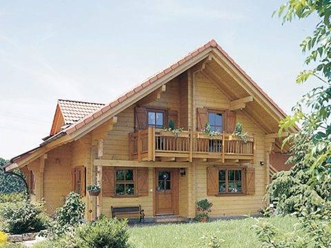 Aussenansicht auf den überdachten Hauseingang und den Balkon im Dachgeschoss.
