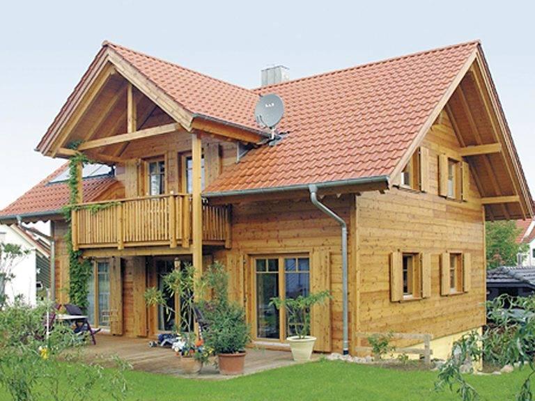 Aussenansicht mit Blick auf die Terrasse und den überdachten Balkon.