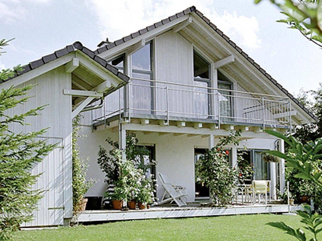 Aussenansicht auf die Holzterrasse und den Balkon.