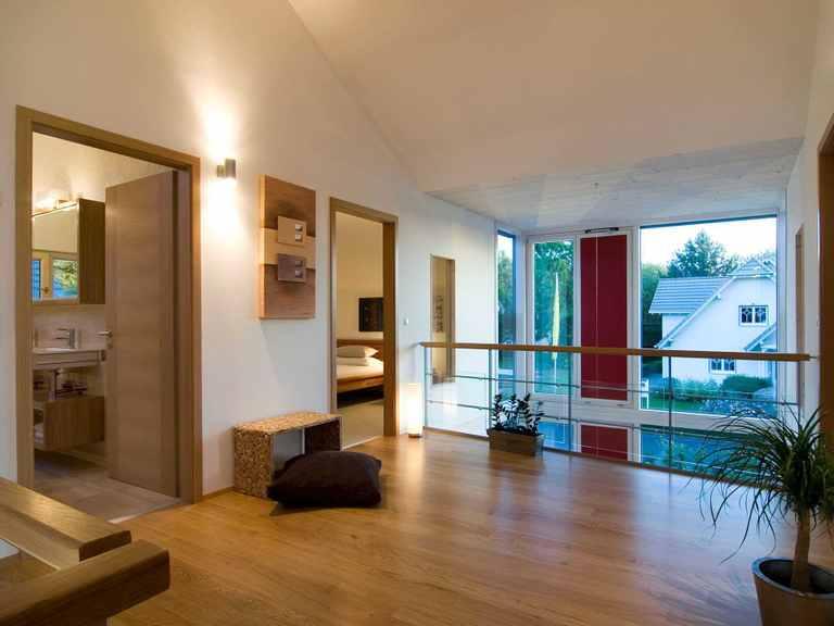 Flur des Obergeschosses - Musterhaus Design 168 von Frammelsberger Holzhaus
