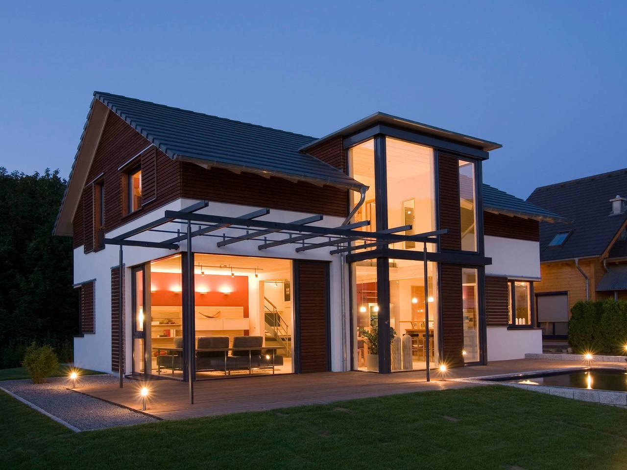 Musterhaus Design 168 von Frammelsberger Holzhaus seitliche Ansicht am Abend