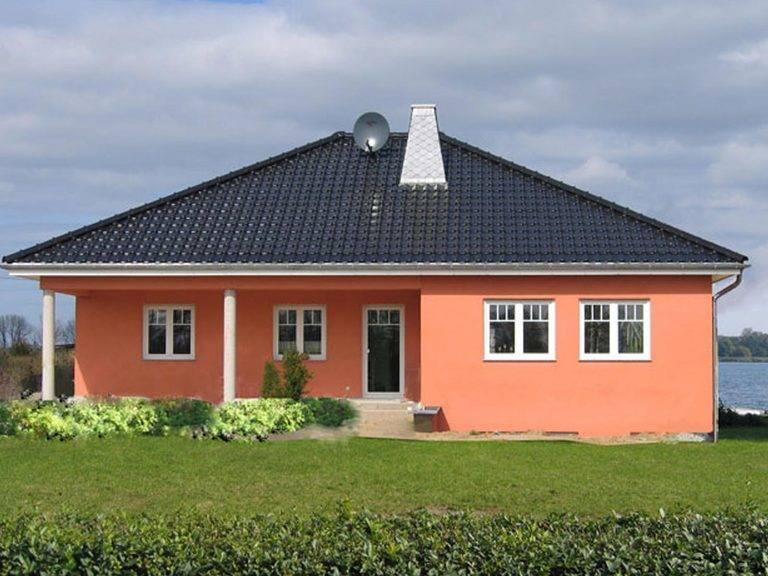 Aussenansicht auf die Hausrckseite mit Blick auf die berdachte Terrasse des Winkelbungalows.